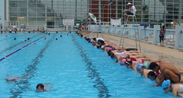 Máy bơm nhiệt heat pump cung cấp nước nóng cho bể bơi